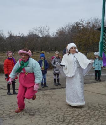 Дети на новогодней елке в Эколого-биологическом центре