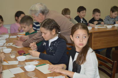 Дети делают поделку к Новому году