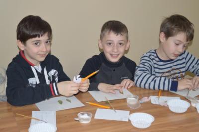 Дети делают поделку к Новому году в ЭБЦ