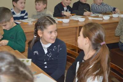 Дети делают поделку к Новому году в Эколого-биологическом центре
